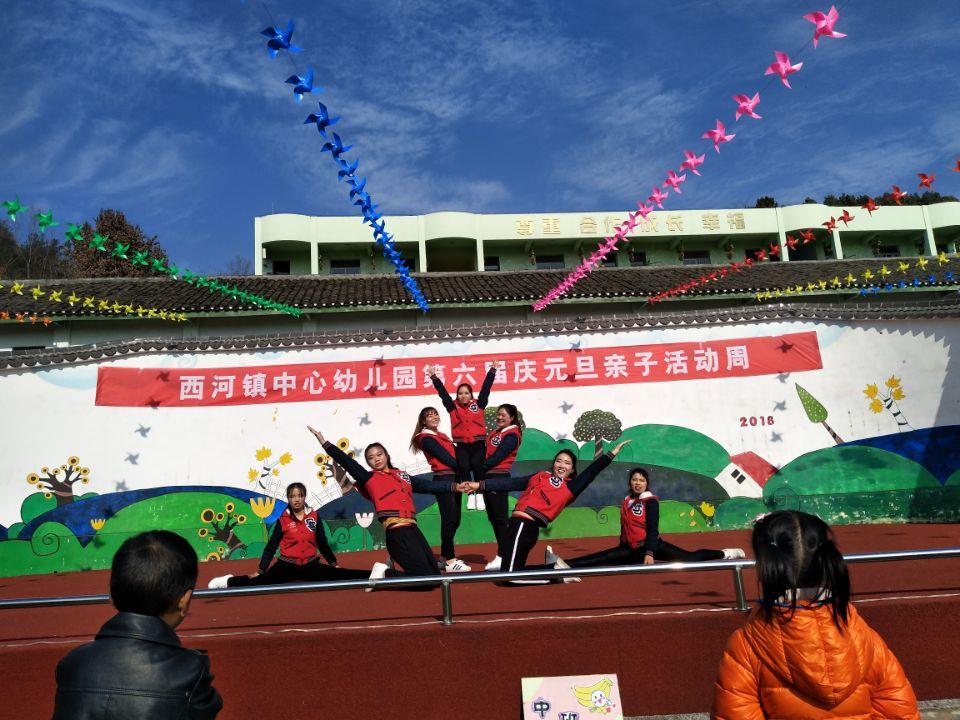 """12月26日,西河镇中心幼儿园以""""游戏点亮快乐童年""""为主题的第六届庆元旦亲子活动周拉开了帷幕,此次活动共持续了四天,通过开展亲子游戏、幼儿运动会、亲子手工、亲子阅读等一系列活动,让幼儿和家长们共同参与其中,充分体验游戏和体育活动的乐趣,共同分享成功的喜悦,一起放飞想象,动手制作出了一件件精美的手工作品,而在亲子阅读活动中,孩子和家长们以""""诚、孝、俭、勤、和""""与""""爱国""""为主题,展现出了一个个生动的故事,营造出了浓厚的书香校园氛围。"""