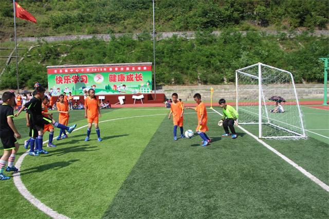 平利县老县镇中心小学校园足球赛激战正酣